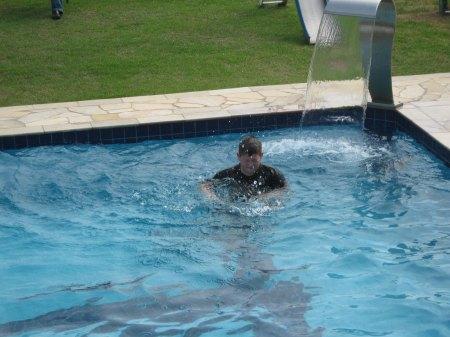 Menino na piscina
